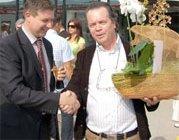Mario överlämnar en blomma till Adriano Zigante, företagets VD.